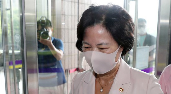 Justice Minister Choo Mi-ae goes to work last Thursday amid a number of allegations about favoritism for her son during his military service in 2017. [NEWS1]