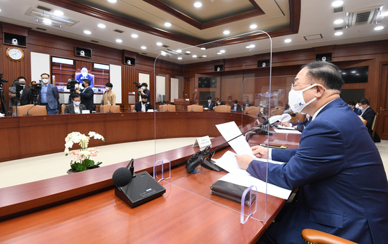 Finance Minister Hong Nam-ki announces government support for SMEs selling products on popular overseas online malls including Amazon at the economic ministers meeting held at the government complex in Seoul on Monday. [YONHAP]