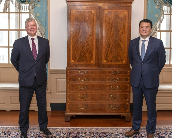 Korean First Vice Foreign Minister Choi Jong-kun, right, and U.S. Deputy Secretary of State Stephen Biegun pose for a photograph after holding a meeting at the U.S. Department of State in Washington on Thursday. [YONHAP]