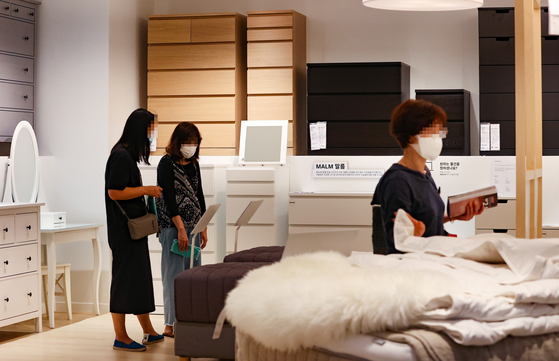 Customers look at furniture at a Hyundai Department Store in Guro Distict, western Seoul, on Tuesday. Many customers have taken an interest in improving their home furnishing as social distancing guidelines leave people spending more time at home. [YONHAP]