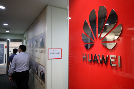 Strengthened sanctions by the United States on Huawei took effect Tuesday. Foreign semiconductor manufacturers are now banned from selling products to Huawei that are based on U.S. machinery or technology. [NEWS1]