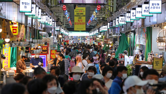 A traditional market in Mapo District, western Seoul, is filled with customers on Tuesday, two weeks ahead of Chuseok, the Korean harvest festival. [YONHAP]