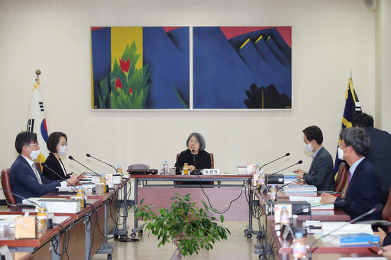 The Sentencing Commission, chaired by Judge Kim Young-ran, center, holds a meeting at the Supreme Court in May. The commission announced new sentencing guidelines on Tuesday for digital sex crimes that toughen jail sentences for crimes involving minors. [YONHAP]
