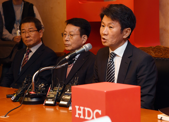 HDC Holdings Chairman Chung Mong-gyu during a press event held in central Seoul in November after the company was selected as a preferred bidder to acquire Asiana Airlines in a consortium with Mirae Asset Daewoo. [YONHAP]