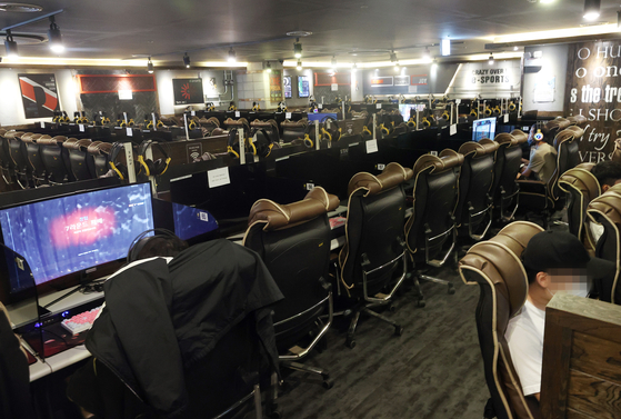 Most of the seats remain empty at an internet cafe, in Seongdong District in eastern Seoul on Monday. While the government has allowed for the opening of internet cafes, restrictions remain.