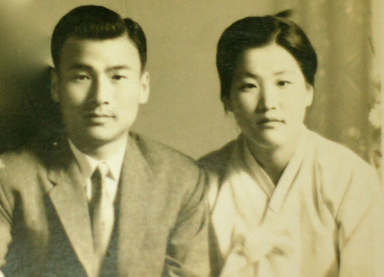 Lee, right, and her husband Jung Seong-du. [JINJIN PICTURES]