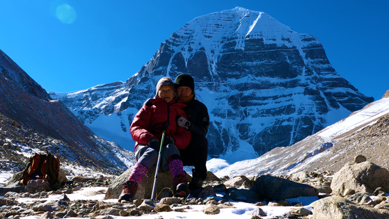 Documentary filmmaker Jung Hyung-min, right, and his mother Lee Chun-suk, at Mount Kailash, Tibet. [JINJIN PICTURES]