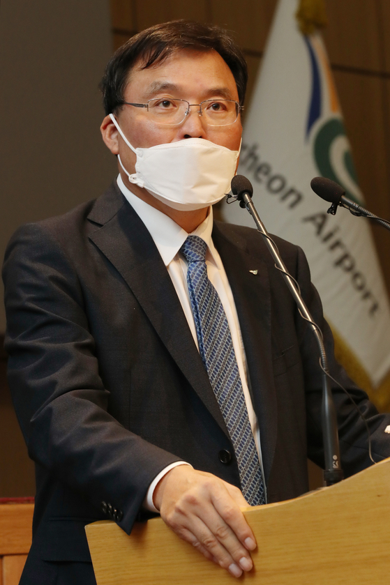 Koo Bon-hwan, president of Incheon International Airport, on Wednesday speaks at a press conference at the company headquarters in Incheon. Koo said that an official at the Ministry of Land, Infrastructure and Transport asked him to voluntarily resign in early September, but he was not told the reasons for the order. [YONHAP]