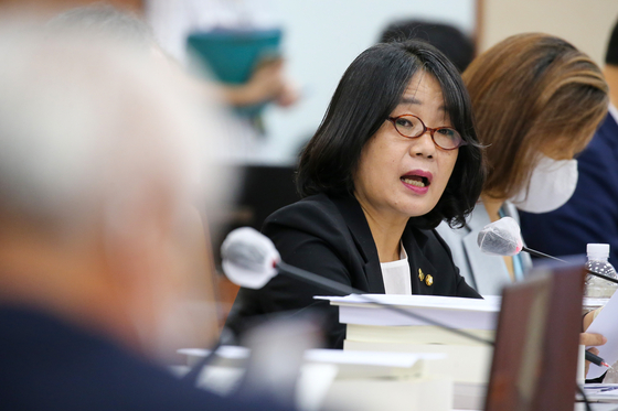 In this file photo, Rep. Yoon Mee-hyang of the Democratic Party (DP), center, questions Environment Minister Cho Myung-rae at the Environment and Labor Committee meeting on Aug. 20, 2020.  [YONHAP]