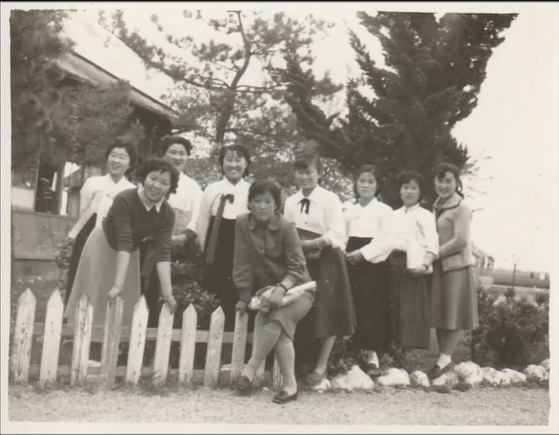 Lee, center, when she was working as a civil servant in Jinyang, South Gyeongsang. [JINJIN PICTURES]