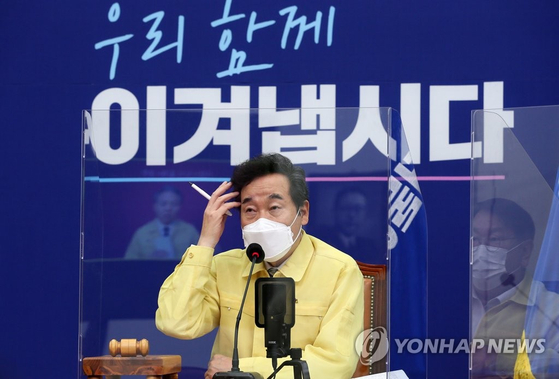 Ruling Democratic Party (DP) Chairman Lee Nak-yon at the party's Supreme Council meeting at the National Assembly in western Seoul on Wednesday. [YONHAP]