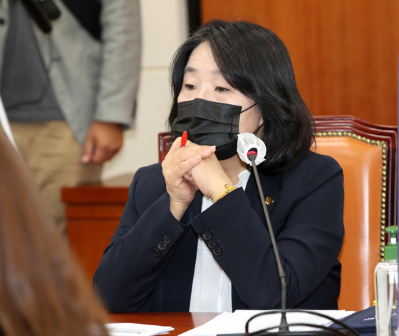 Rep. Yoon Mee-hyang of the Democratic Party (DP) attends a meeting of the National Assembly's Environment and Labor Committee on Tuesday.  [YONHAP]