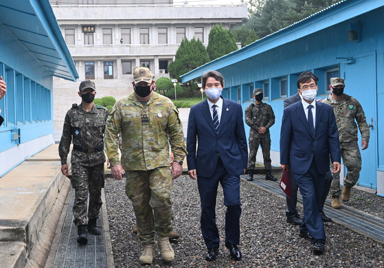 Unification Minister Lee In-young, third from left, visits the truce village of Panmunjom in the inter-Korean demilitarized zone on Wednesday. [JOINT PRESS CORPS]