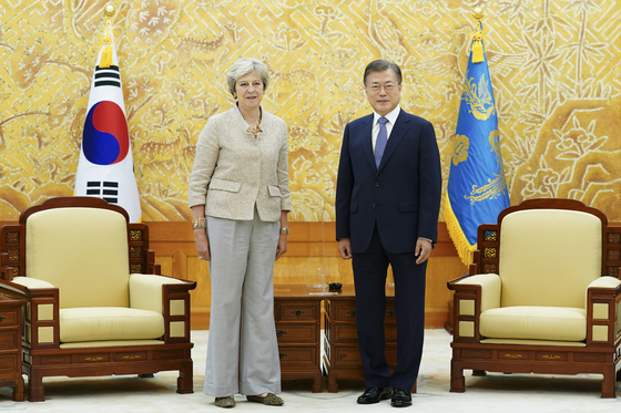 Korean President Moon Jae-in, right, meets with former British Prime Minister Theresa May, left, in the Blue House on Wednesday. He expressed hope for the two nations to continue forward-looking bilateral cooperation. [YONHAP]