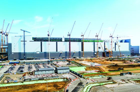 Samsung Electronics' NAND flash production factory under construction at Pyeongtaek, Gyeonggi, in May. [YONHAP]
