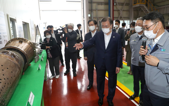 President Moon Jae-in, third from right, tours Doosan Heavy Industries and Construction's gas turbine parts manufacturing plant in Changwon, South Gyeongsang, on Thursday. [YONHAP]
