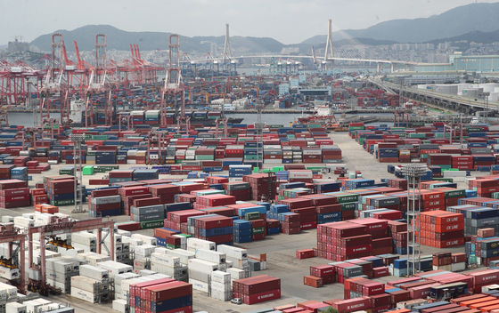 Shipments stocked up at a port in Busan on Sept. 1. [NEWS1]