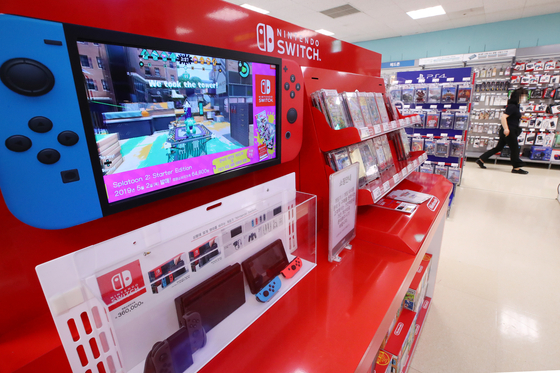 Nintendo Switch consoles are stacked up at a supermarket in Seoul on Thursday. The Nintendo Switch has been enjoying a boost in popularity in Korea during the Covid-19 pandemic. According to its local distributor Daewon Media, the portable game console sold 90,964 units during the second quarter, up 106.4 percent on year. [YONHAP]