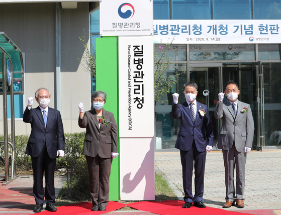 The Korea Disease Control and Prevention Agency (KDCA) opens its new office in Osong, North Chungcheong, on Monday after being upgraded to a standalone agency. Health Minister Park Neung-hoo, second from right, and KDCA Commissioner Jeong Eun-kyeong, attend the agency's opening ceremony. [NEWS1]