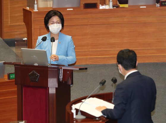 Justice Minister Choo Mi-ae, left, answers a question from Rep. Kim Sang-hoon of the People Power Party (PPP) on Thursday at the National Assembly.  [YONHAP]