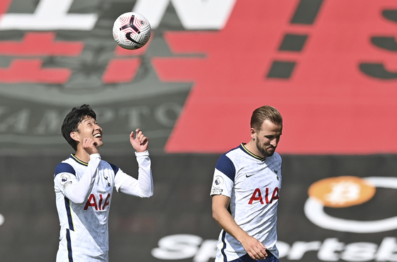 Son Heung-min, left, and Harry Kane celebrate at the end of the match between Southampton and Tottenham Hotspur at St. Mary's Stadium in Southampton on Sunday. [AP/YONHAP]
