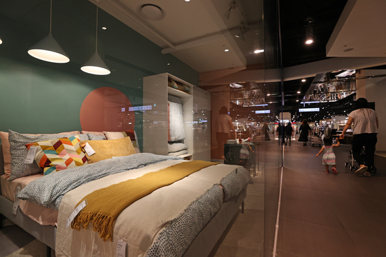 Customers shop for furniture at Hyundai Department Store in Guro District, western Seoul, on Sept. 15. Koreans have begun investing heavily in sleep-related products as Covid-19 leaves them spending more time at home. [YONHAP]