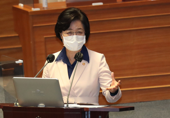 Justice Minster Choo Mi-ae rebuts an opposition lawmaker's allegations over the alleged special treatment for her son during his military service. [OH JONG-TAEK]