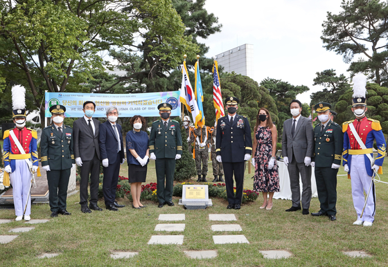 Military officials gather at the Korea Military Academy (KMA) in Nowon District, northern Seoul, on Friday to unveil a plaque honoring the fallen soldiers in the United States Military Academy (USMA) class of 1948 during the 1950-53 Korean War. Standing center left is Lt. Gen. Chung Jin-kyung, superintendent of the KMA, and at center right is Maj. Gen. Steve Gilland, commanding general of the 2nd Infantry Division/ROK-U.S. Combined Division. [PARK SANG-MOON]