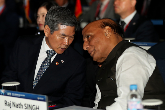 Former Korean Defense Minister Jeong Kyeong-doo, left, speaks to Indian Defense Minister Rajnath Singh at last year's Seoul Defense Dialogue. [JANG JIN-YOUNG]
