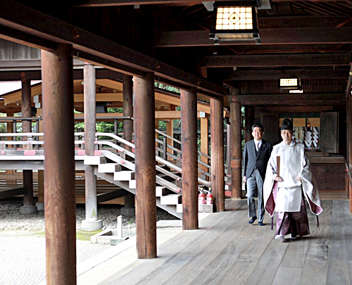This image, captured from former Japanese Prime Minister Shinzo Abe's Twitter account on Saturday, shows him visiting the Yasukuni Shrine in Tokyo. [YONHAP]