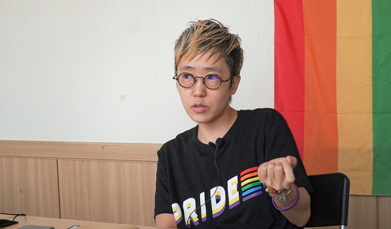Yang Sun-woo, chairperson of the Seoul Queer Culture Festival Organizing Committee this year, sits down for an interview with the Korea JoongAng Daily prior to the opening of the festival on Sept. 18, sharing thoughts on the festival's 20th anniversary this year. [JEON TAE-GYU]