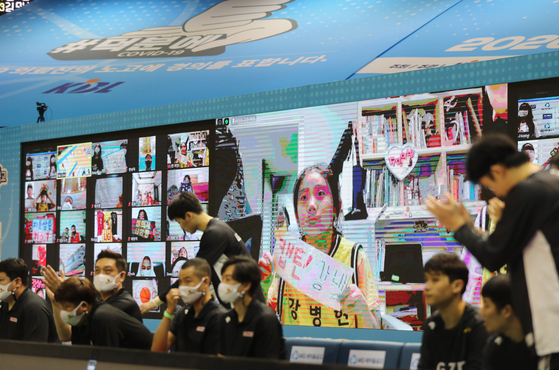 Basketball fans virtually root during a match between the Ulsan Hyundai Mobis Phoebus and the Changwon LG Sakers in the 2020 MG Saemaeul Vault KBL Cup Competition held Sunday at the Gunsan Wolmyeong Gymnasium in Gunsan, North Jeolla. [YONAHP]