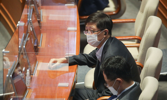 Democratic Party Rep. Kim Hong-gul is seated at the National Assembly in Yeouido, western Seoul, last Wednesday. The DP decided to expel Kim from the party Friday amid allegations that he had underreported property ownership. [YONHAP]