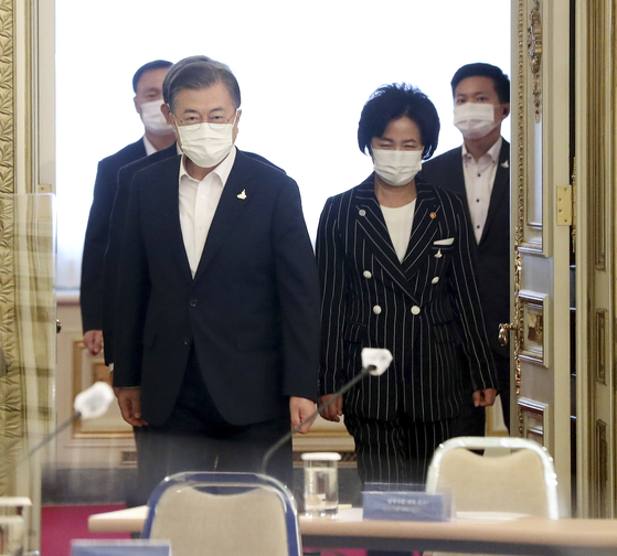President Moon Jae-in, left, and Justice Minister Choo Mi-ae, right, enter a strategy meeting at the Blue House to reform the National Intelligence Service (NIS), prosecution and police on Monday.  [YONHAP]