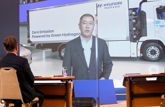 Hyundai Motor Group Executive Vice Chairman Euisun Chung briefs President Moon Jae-in about the company's hydrogen-powered vehicles in July. [YONHAP]