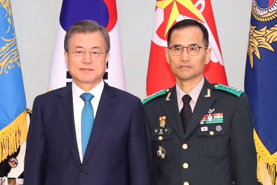 President Moon Jae-in, left, and Gen. Nam Yeong-shin, who was nominated Monday as Korea's next Army chief of staff, at Nam's appointment ceremony to be head of the Ground Operations Command in April last year. [YONHAP]