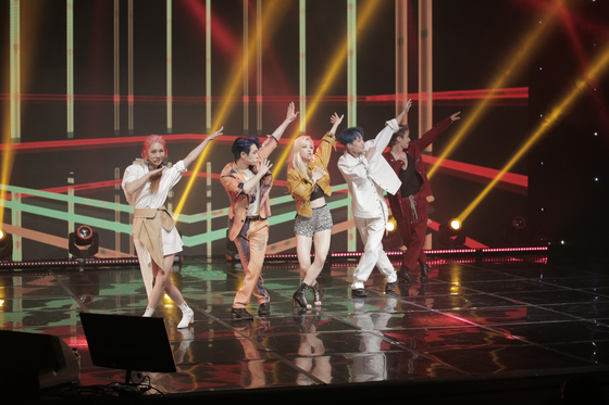 """Rookie co-ed pop group Checkmate performs its debut single 'Drum"""" during an online debut showcase held on Monday afternoon. [GRACE COMPANY ENTERTAINMENT]"""