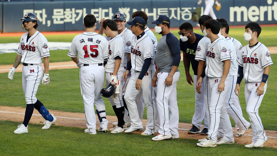 The Doosan Bears celebrate after picking up a 6-5 come-from-behind victory against the LG Twins at Jamsil Baseball Stadium in southern Seoul on Sunday. [NEWS1]