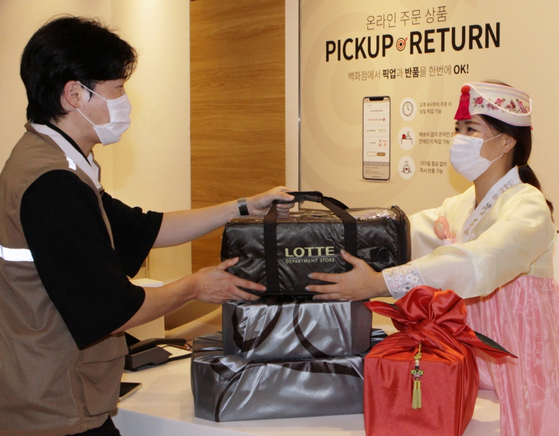 A delivery rider picks up Chuseok gifts from Lotte Department Store for delivery within three hours. [LOTTE SHOPPING]