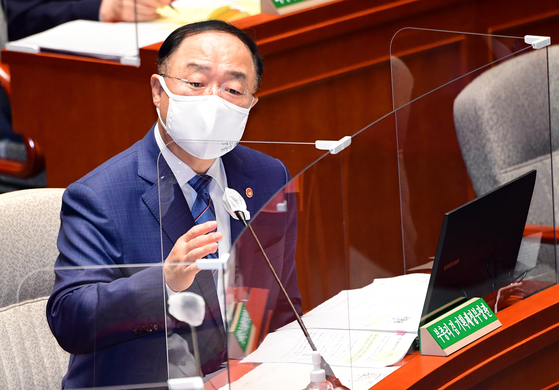 Deputy Prime Minister for Economic Affairs Hong Nam-ki, who also serves as a finance minister, answers questions from lawmakers at the Special Committee on Budget and Accounts in the National Assembly last Friday. [LIM HYUN-DONG]