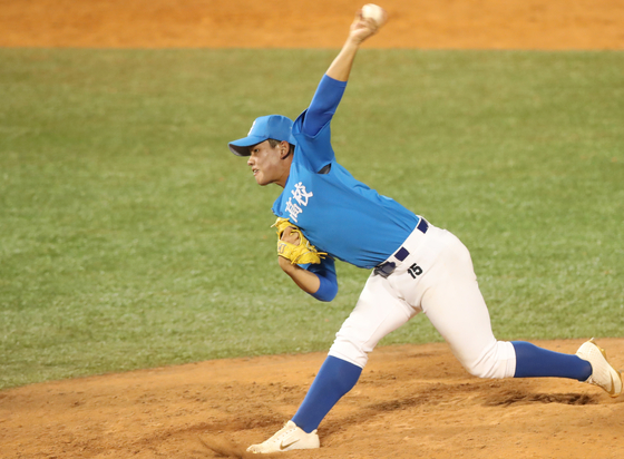 Kim Jin-wook of Gangneung High School throws a pitch against Gimhae HIgh School in the final game of the Golden Lion National High School Baseball Tournament at Mokdong Baseball Stadium in western Seoul on June 22. [YONHAP]