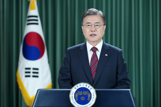 President Moon Jae-in gives a videoconference speech for a high-level meeting of the United Nations on Monday. Moon gave the address as the chair of the Mikta, a group of five middle powers.  [YONHAP]
