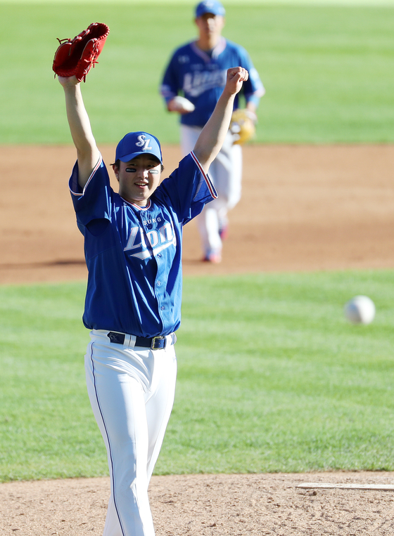 Samsung Lions pitcher Choi Chae-heung celebrates after tossing a complete shutout during a game against the LG Twins at Jamsil Baseball Stadium in southern Seoul on Sept. 13. [NEWS1]