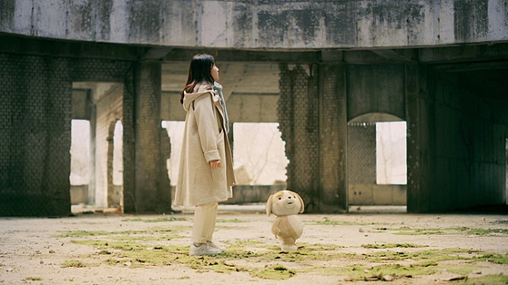 """An image from the film """"P1H: A New World Begins,"""" where character Chaeyun reveals her special abilities. [FNC ENTERTAINMENT]"""