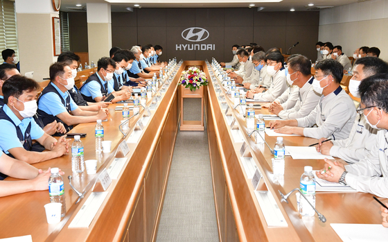 Hyundai Motor and its labor union came to a tentative agreement on Monday to freeze wages. [YONHAP]