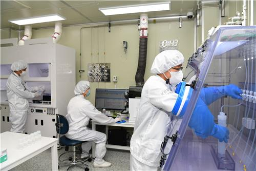 Researchers test the purity of hydrogen fluoride at the Korea Research Institute of Standards and Service. According to the research institute Tuesday, it has started offering the service to local companies after investing 1.5 billion won ($1,290) to set up test equipment following the Japanese government's decision to restrict exports of the material to Korea. [YONHAP]