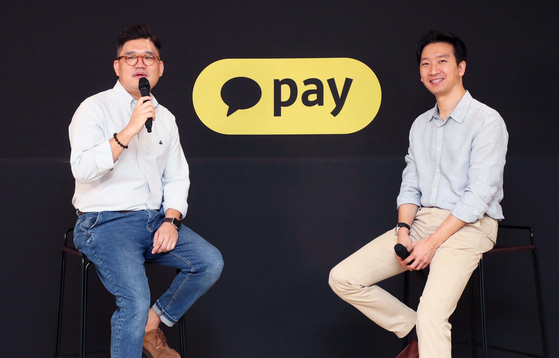 Kakao Pay senior manager of asset management Kim Sung-hoon, left and Kakao Pay CPO Lee Seung-hyo give a presentation to the press at an online seminar on Thursday. [KAKAO PAY]