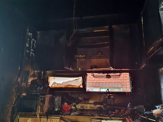 The walls of the kitchen are charred after a pair of young brothers set their house on fire trying to cook ramyeon at their home in Yonghyeon-dong in Michuhol District, Incheon, on Sept. 14. Their mother had been away since the previous day, and the boys, severely burned, remain unconscious a week later. [NEWS1]