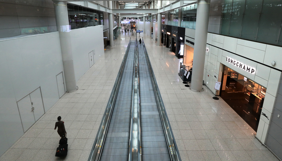 The duty-free section of Incheon International Airport is empty Wednesday. [NEWS1]