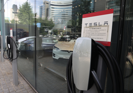 With Tesla's announcements related to its future battery business, including a $25,000 electric vehicle becoming available soon, at the much anticipated Battery Day conference on Sept. 22, investors soured on Korea's battery makers. Shares of LG Chem fell by 1.41 percent and SK Innovation by 1.99 percent. The photo shows Tesla's Gangnam showroom on Sept. 23. [YONHAP]